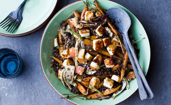 Ayurvedisk grøn salat og aubergine i karry