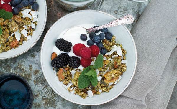 Matcha banana granola with red fruit and (coconut) yogurt