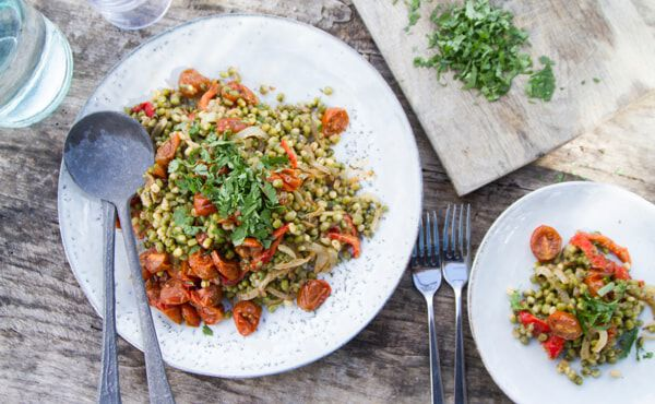Salat mit Mungbohnen, gebackenem paprika und Kirschtomaten