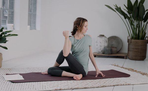 Börja träna yoga hemma med denna enkla övning