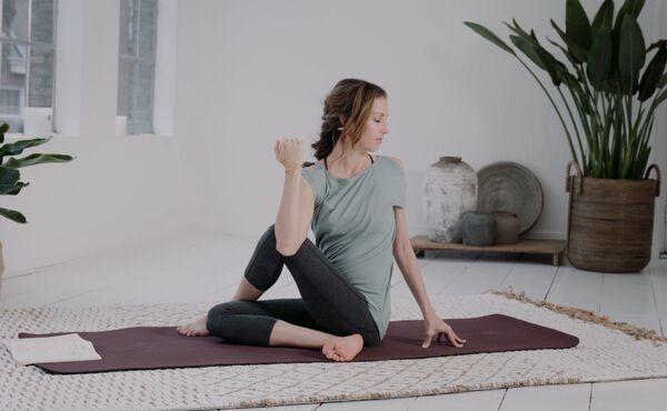 Commencez votre séance de yoga à la maison avec cette posture de base