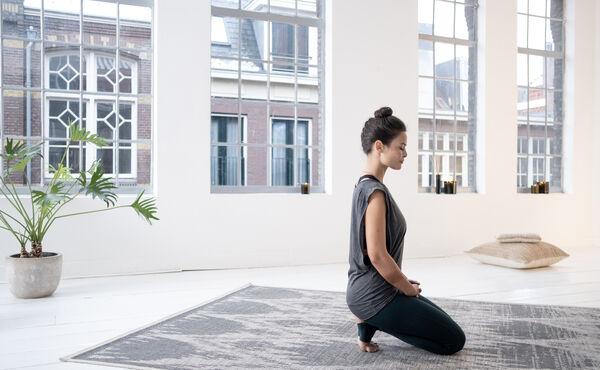 Relaxe e liberte-se do stress com esta sequência de ioga yin