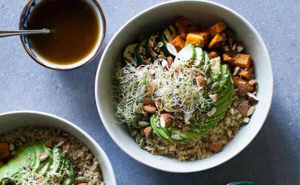 Skinny Super Bowl mit Quinoa, gegrillten Zucchini, Alfalfa und Avocado
