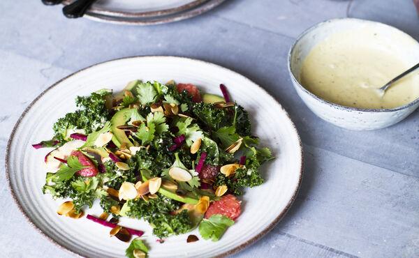 Salade chou frisé, avocat, pamplemousse, sauce Umami