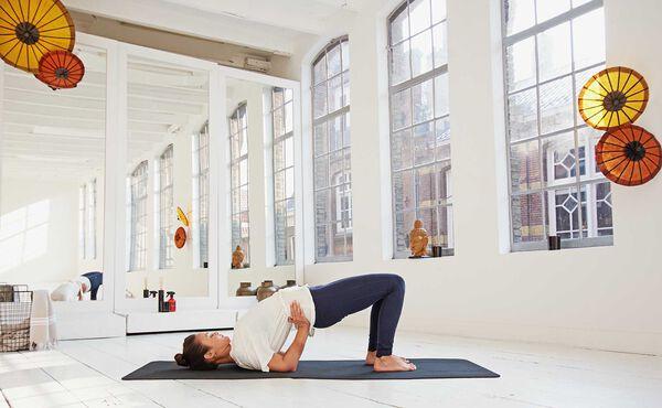 Aumente a felicidade com esta rotina matinal de yoga Hatha