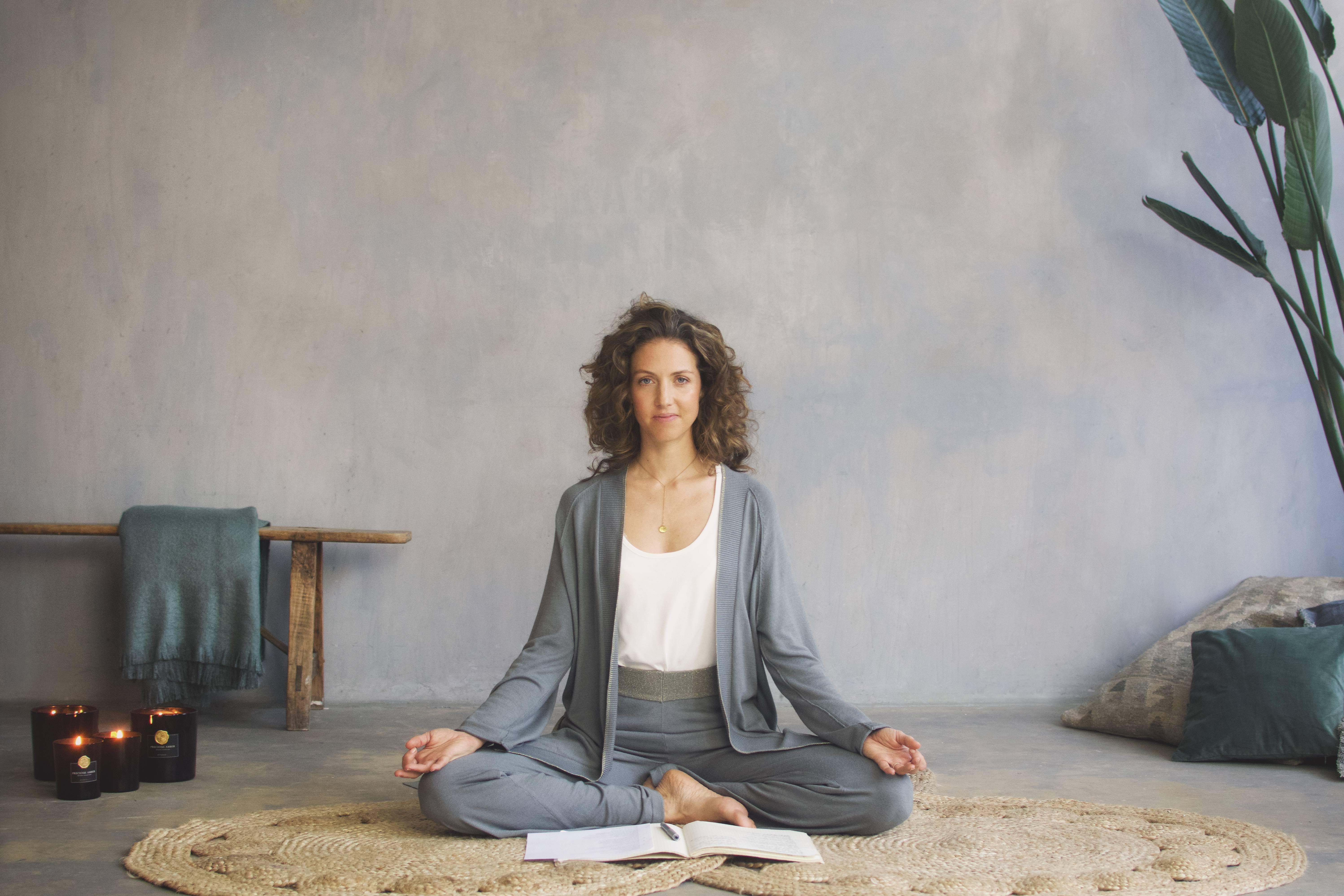 Yoga etter jobb for å tilbakestille skader fra skrivebordet