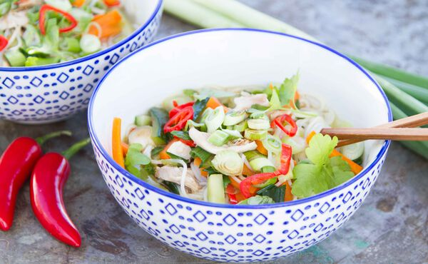Vietnamesische Reisnudel-Suppe mit Hühnchen