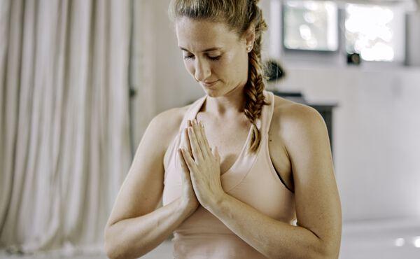 Et personligt indblik i yoga med Deborah Quibell, som dyrker det professionelt