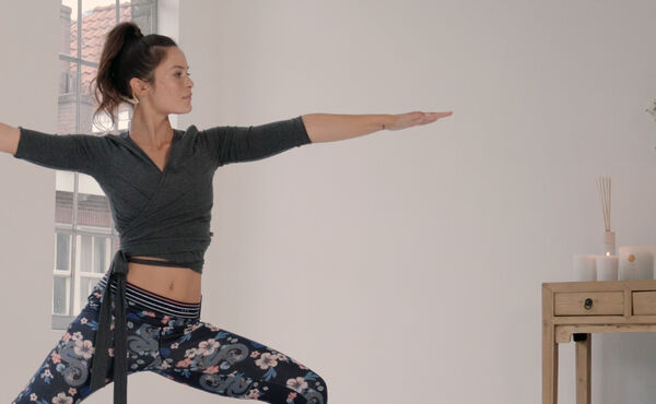 Stärk dina coremuskler med Twist and Flow Vinyasa
