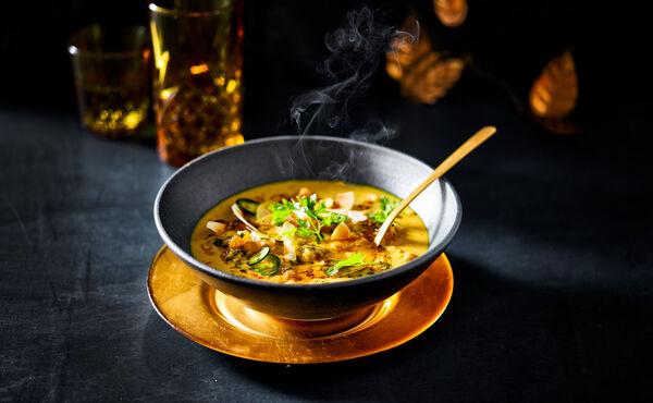 Sopa dorada de garbanzos con cúrcuma, coco y jalapeño.