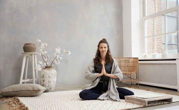 Inspira y expira para eliminar el ajetreo a través del yoga