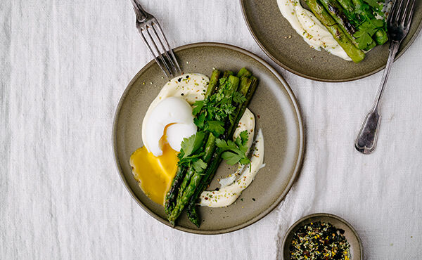 Easter brunch: Roasted asparagus with easy vegan wasabi-hollandaise