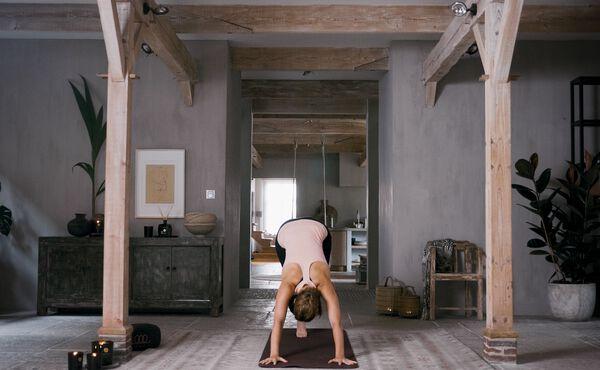 Ta dig igenom slöa dagar med den här balanserande yogaövningen