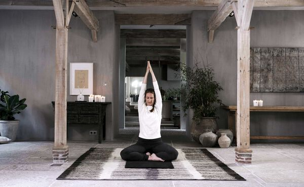 Empieza el día con buen pie con esta secuencia revitalizante de yoga